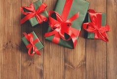 Presente in contenitori di regalo sul fondo di legno della struttura Fotografie Stock Libere da Diritti