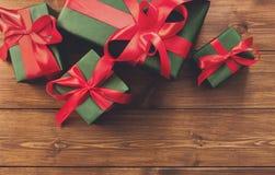 Presente in contenitori di regalo sul fondo di legno della struttura Immagini Stock Libere da Diritti