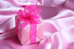 Presente cor-de-rosa: Cartão do dia de matrizes - foto conservada em estoque Imagem de Stock Royalty Free