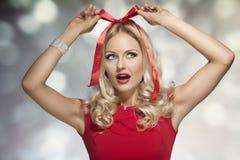 Presente criativo do xmas com uma mulher Imagem de Stock Royalty Free