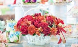 Presente da cesta do ramalhete da flor fotos de stock royalty free