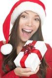 Presente da terra arrendada da mulher do chapéu de Santa excitado Fotos de Stock