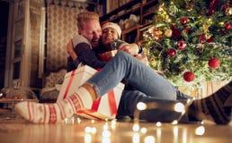 Presente da tradição para pares felizes do Natal no amor no Natal fotos de stock