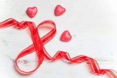 Presente de época natalícia vermelho da fita sob a forma do número 8 Imagem de Stock