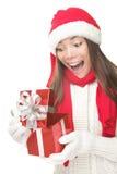 Presente de apertura de la mujer del regalo de la Navidad sorprendido Fotografía de archivo