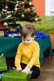 Presente de Chrismas da abertura do rapaz pequeno Foto de Stock