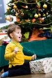 Presente de Chrismas de la apertura del niño pequeño Fotos de archivo