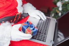 Presente de compra de Santa pelo pagamento em linha com os Internet banking fotos de stock royalty free