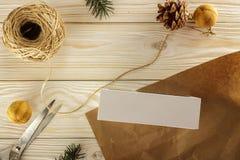 Presente de empacotamento do Natal A vista da parte superior Smartphone como um presente Foto de Stock Royalty Free