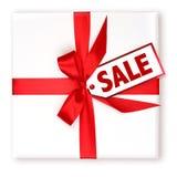 Presente de feriado envolvido bonito com o Tag decorado da VENDA Imagem de Stock Royalty Free