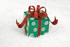 Presente de feriado na neve Foto de Stock Royalty Free