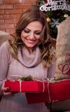 ¡Presente de la sorpresa de la Navidad! Imagenes de archivo