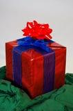 Presente de Natal com duas curvas Fotografia de Stock Royalty Free