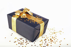 Presente de Natal com fita dourada imagem de stock