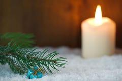 Presente de Natal com vela ardente fotos de stock