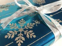 Presente de Natal decorado com uma fita fotografia de stock