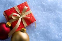 Presente de Natal e baubles imagem de stock