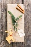 Presente de Natal envolvido caseiro Imagens de Stock