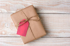 Presente de Natal na tabela de madeira branca imagens de stock royalty free