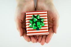 Presente de Natal nas mãos Imagem de Stock