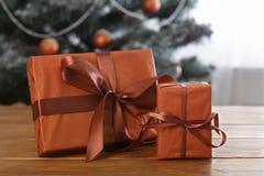 Presente de Natal no fundo decorado da árvore, conceito do feriado Imagem de Stock