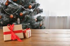 Presente de Natal no fundo decorado da árvore, conceito do feriado Fotos de Stock