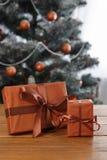 Presente de Natal no fundo decorado da árvore, conceito do feriado Imagens de Stock