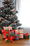 Presente de Natal no fundo decorado da árvore, conceito do feriado Fotografia de Stock
