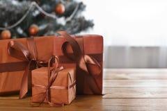 Presente de Natal no fundo decorado da árvore, conceito do feriado Fotos de Stock Royalty Free