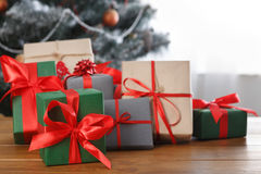 Presente de Natal no fundo decorado da árvore, conceito do feriado Imagens de Stock Royalty Free