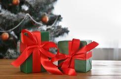 Presente de Natal no fundo decorado da árvore, conceito do feriado Foto de Stock