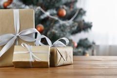 Presente de Natal no fundo decorado da árvore, conceito do feriado Foto de Stock Royalty Free