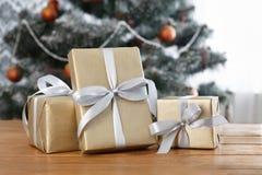 Presente de Natal no fundo decorado da árvore, conceito do feriado Imagem de Stock Royalty Free
