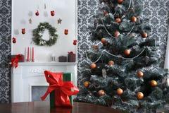 Presente de Natal no fundo decorado da sala, conceito do feriado Foto de Stock
