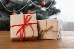 Presente de Natal no fundo decorado da sala, conceito do feriado Fotografia de Stock