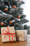 Presente de Natal no fundo decorado da sala, conceito do feriado Imagens de Stock