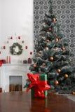 Presente de Natal no fundo decorado da sala, conceito do feriado Foto de Stock Royalty Free