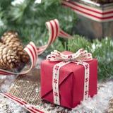 Presente de Navidad en un ajuste decorativo de la Navidad Foto de archivo