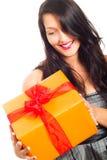 Presente de sorriso feliz da terra arrendada da mulher Fotos de Stock Royalty Free