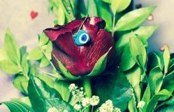 Presente decorado Rosa vermelha Fotos de Stock Royalty Free