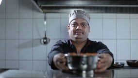 Presente del cuoco unico una carne calda al ristorante della cucina archivi video
