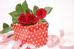 Presente del día de tarjeta del día de San Valentín Foto de archivo