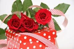 Presente del día de tarjeta del día de San Valentín Imagenes de archivo