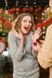Presente del marido su anillo de la esposa en el día del ` s de la tarjeta del día de San Valentín Foto de archivo