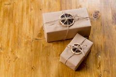 Presente del mestiere decorati con l'agrume asciutto su fondo di legno fotografia stock libera da diritti
