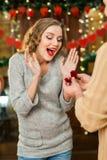 Presente del muchacho su anillo de la muchacha en el día del ` s de la tarjeta del día de San Valentín Imagen de archivo