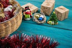 Presente del nuovo anno o di Natale e giocattoli di Natale Immagini Stock Libere da Diritti