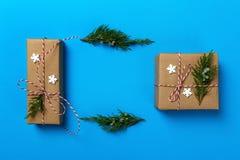 Presente del nuovo anno o di Natale e giocattoli di Natale su un fondo blu Copi lo spazio, vista superiore Fotografie Stock