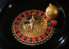 Presente del nuovo anno sulla ruota di roulette Fotografia Stock Libera da Diritti