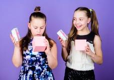 Presente deleitado meninas das crianças As meninas adoráveis comemoram o aniversário Presentes de aniversário felizes dos amores  imagens de stock